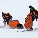 Skifahrer wird von Rettungskräften begleitet